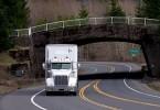 شاحنة نقل اثاث علي الطريق